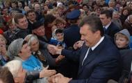 Виктора Януковича остановили на улице